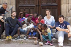 Le Rocher Enfants et jeunes devant l'église DR