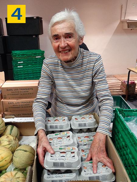 Bénévole distribuant des œufs