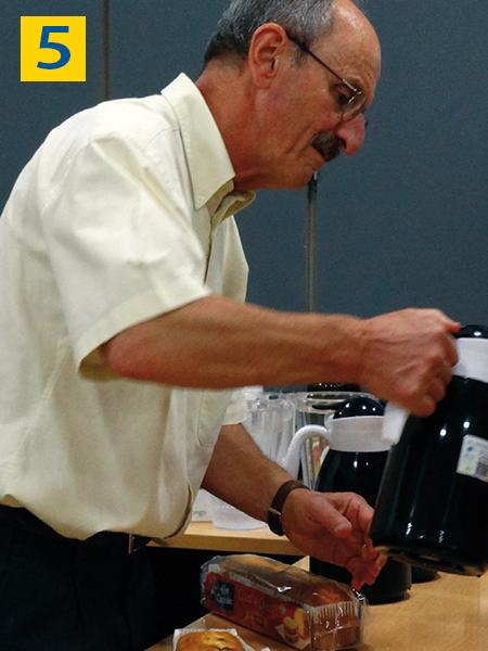 bénévole distribuant du café