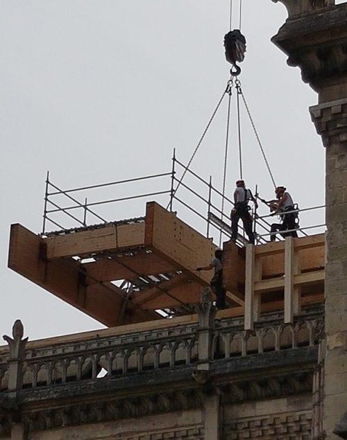 Pose des planchers sur Notre-Dame